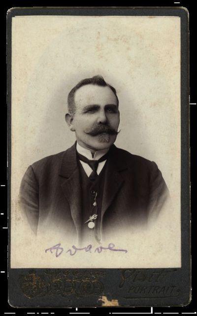 Nežinomo vyro portretas su neįskaitomu įrašu
