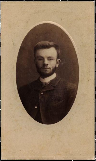 Ovalo formos nežinomo vyro portretas su neįskaitomu įrašu