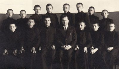 Panevėžio valstybinės berniukų gimnazijos III klasės gimnazistai su auklėtoju Mykolu Karka
