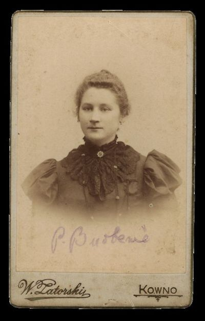 Nežinomos moters portretas su įrašu P. Burbenė