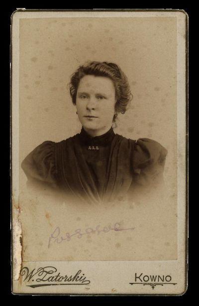 Nežinomos moters portretas su įrašu Pussesere