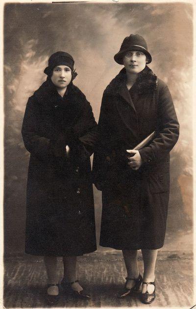 Paulina Žitkevičiūtė (1894–1984) su drauge