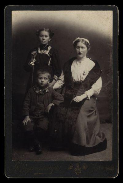 Nežinomos moters su dviem vaikais portretas