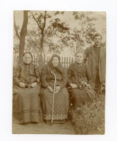 Keturių nežinomų žmonių fotografija