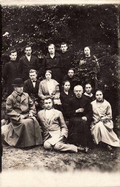 Mokytoja Paulina Žitkevičiūtė (centre) su grupe žmonių