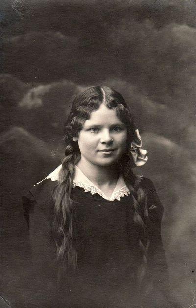 Panevėžio gimnazistės Adelės portretas