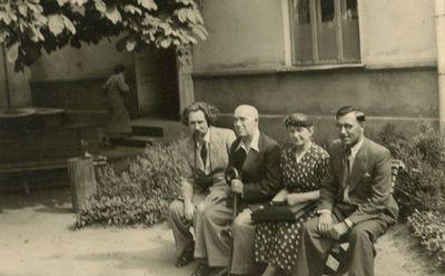 Jurgis Šlapelis prie Kauno miesto klinikos su gydytojais prof. Kuzma ir Paprockiu