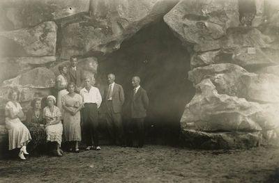 Gražutė Šlapelytė su grupe jaunimo prie Lurdo Birutės kalne Palangoje