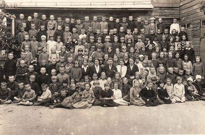 Panevėžio 2-osios pradžios mokyklos mokiniai ir mokytojai
