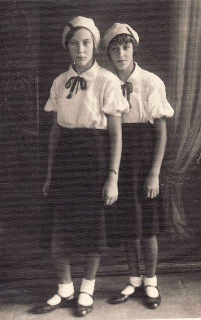 Panevėžio valstybinės mergaičių gimnazijos gimnazistės Vera ir Nina Šarakovaitės