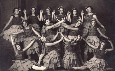 Panevėžio valstybinės mergaičių gimnazijos III klasės šokėjos