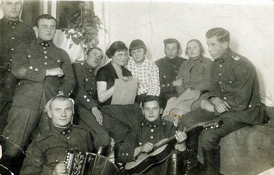 Lietuvos kariuomenės autokuopos kariai vakarėlyje