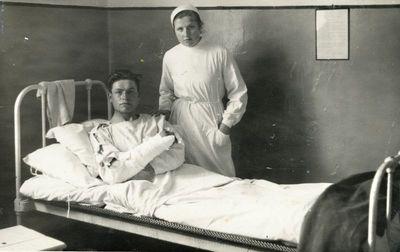 Medicinos sesutė prie lovos su ligoniu Kretingoje