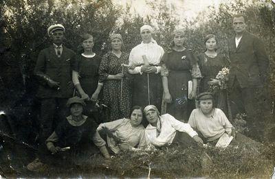 Grupė jaunų žmonių gamtoje Kretingos apylinkėje