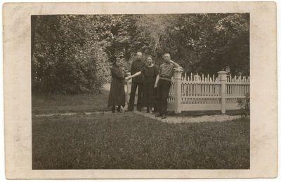 Gimnazistai Marijampolės miesto sode  prie Laisvės ąžuoliuko. 1924 m.