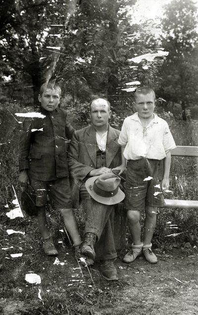 Pranas Aksionaitis su sūnumis Vytu ir Karoliu