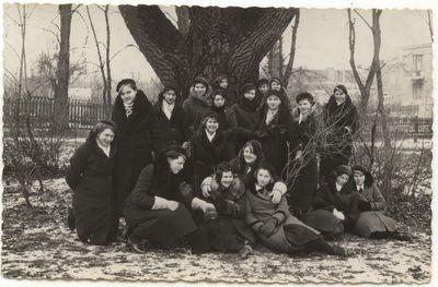 Moksleiviai Vytauto sode,  Marijampolėje. 1935 m.