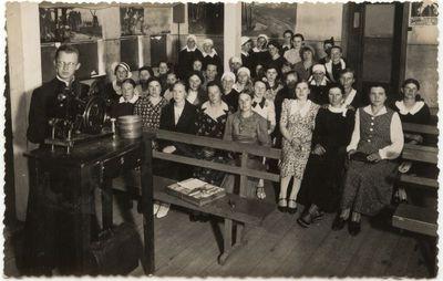 Kino filmo demonstravimas Marijonų salėje. 1938 m.