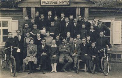 P. Vasinauskas su Anykščių žemės ūkio mokyklos mokiniais