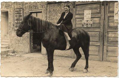 Moteris ant žirgo. 1934 m.