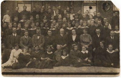 Marijampolės mokytojų seminarijos  mokytojai su mokiniais 1920 m.