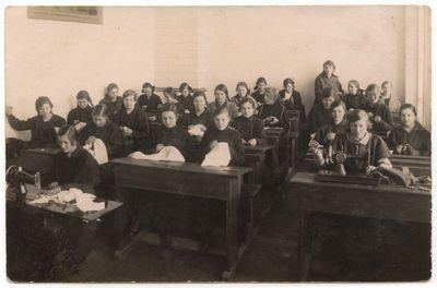Marijampolės mokytojų seminarijos studentės. Darbelių pamoka 1924 m.