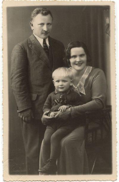Mokytojas Petras Lapinskas su žmona ir sūnumi. 1937 m.