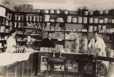"""Parduotuvėje """"Žagrė""""  1936 m."""