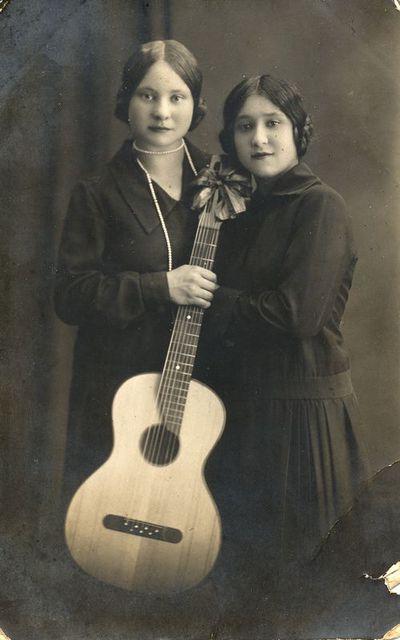 Stasė Jurgelionytė su drauge ir gitara