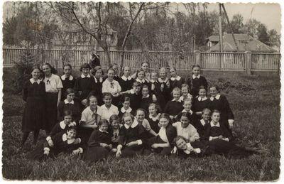 Marijampolės Rygiškių Jono mergaičių gimnazijos sodelyje  1938 m.