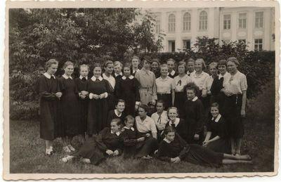 Marijampolės Rygiškių Jono mergaičių gimnazijos  V klasė su auklėtoja Emilija Idzelevičiūte. 1938- 39 mokslo metai.