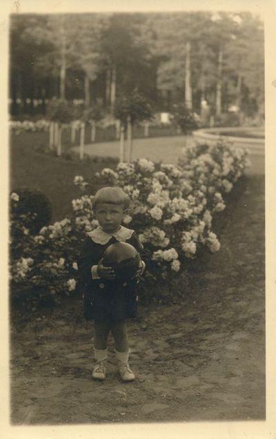 Mergaitė su kamuoliu Alytaus miesto parke