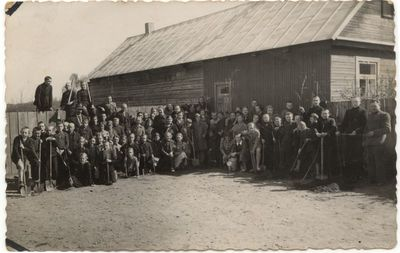 Mokiniai su mokytoju  Lavicku prie P. Kriaučiūno pradžios mokyklos 1939 m.