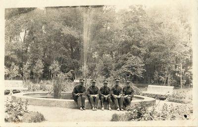 Penki ulonai Alytaus miesto sode prie fontano
