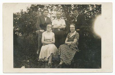 Veronika Šumauskaitė Grigienė su drauge ir broliais