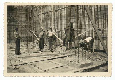 Darbininkai prie ligoninės statybos