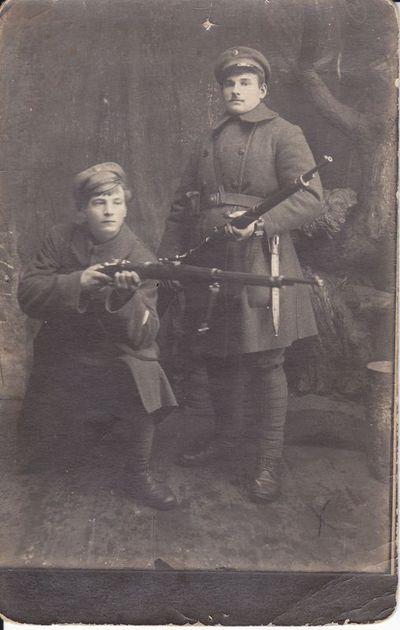 Savanoris Jonas Kriščiūnas su draugu ~ 1920 - 21 m.