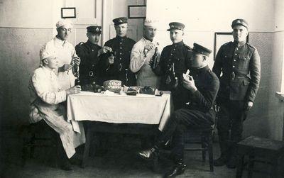 Nepriklausomos Lietuvos kariškiai prie Velykų stalo