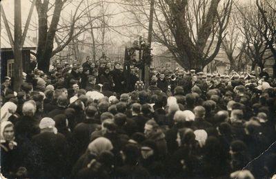 Ateitininkai ir svečiai prie A. Juozapavičiaus kapo
