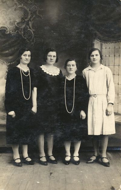 Keturios moterys fotoateljė