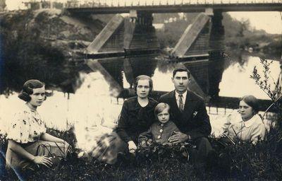 Nežinomų asmenų grupė prie miesto tilto
