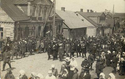 Ministras pirmininkas K. Grinius su lydinčiais asmenimis Alytaus Vilniaus gatvėje