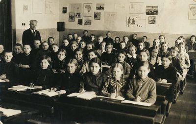 Mokiniai klasėje su mokytoju Nedzinsku