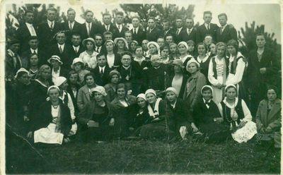 Dešinėje sėdi Šimonių kunigas Jurgis Martinaitis