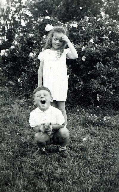 Marija Dymšaitė su nežinomu berniuku Stončių dvaro parke