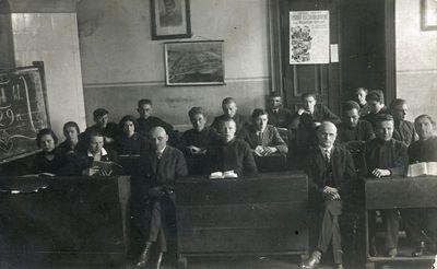 Plungės gimnazijos abiturientai su pedagogais Juozu Tarvydu ir Antanu Turskiu