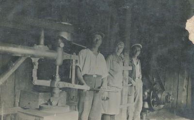 Kretingos akmenkaliai Jonas, Marytė ir Juozas Akinskai prie akmens šlifavimo staklių