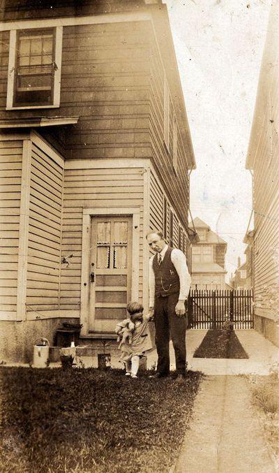 Jonas Stropus su dukra Elena prie nuosavo namo Brukline (JAV)