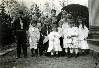 Palangos grafų Tiškevičių ir jų artimųjų vaikai su senele Antanina Loncka