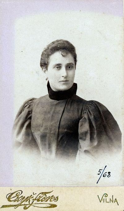 Moters su suknele pūstomis rankovėmis portretas